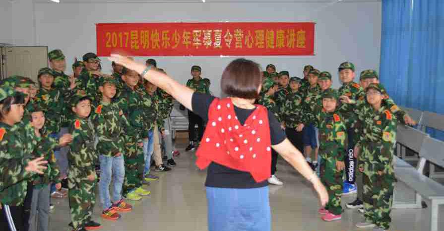 小学生通过参加军事夏令营学习书本上没有的知识