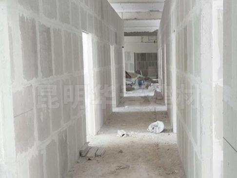 室内隔墙板用轻质隔墙板还是空心石膏砌块?