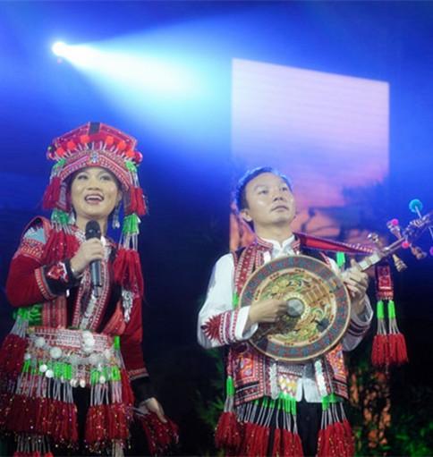 竹竿舞彝族舞蹈苗族群舞巴乌演奏