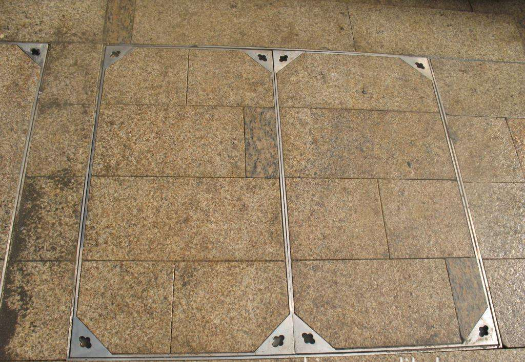 可根据不同的环境在不锈钢隐形井盖内填充不同的材料