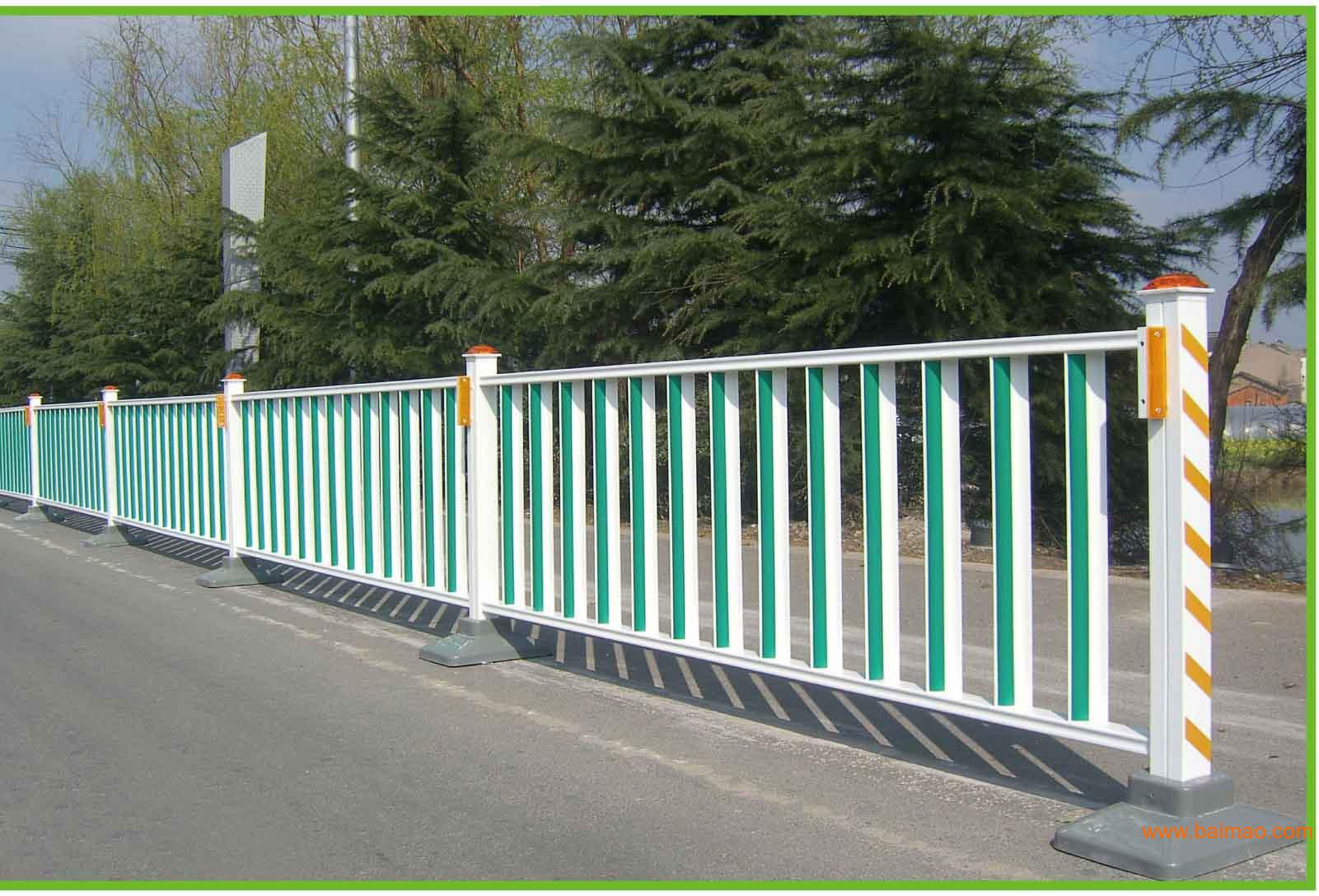 室外道路锌钢护栏网的安装与室内的护栏是不同的