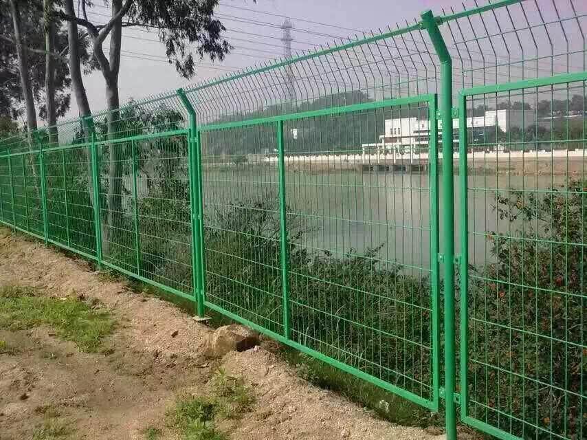 平常在这些地方都能看见有道路锌钢护栏网的存在