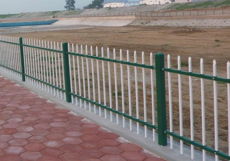 道路锌钢护栏网有效地改善了不良的交通行为
