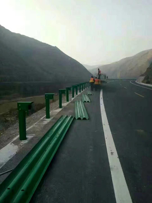 强度高的道路锌钢护栏网能长时间在户外使用
