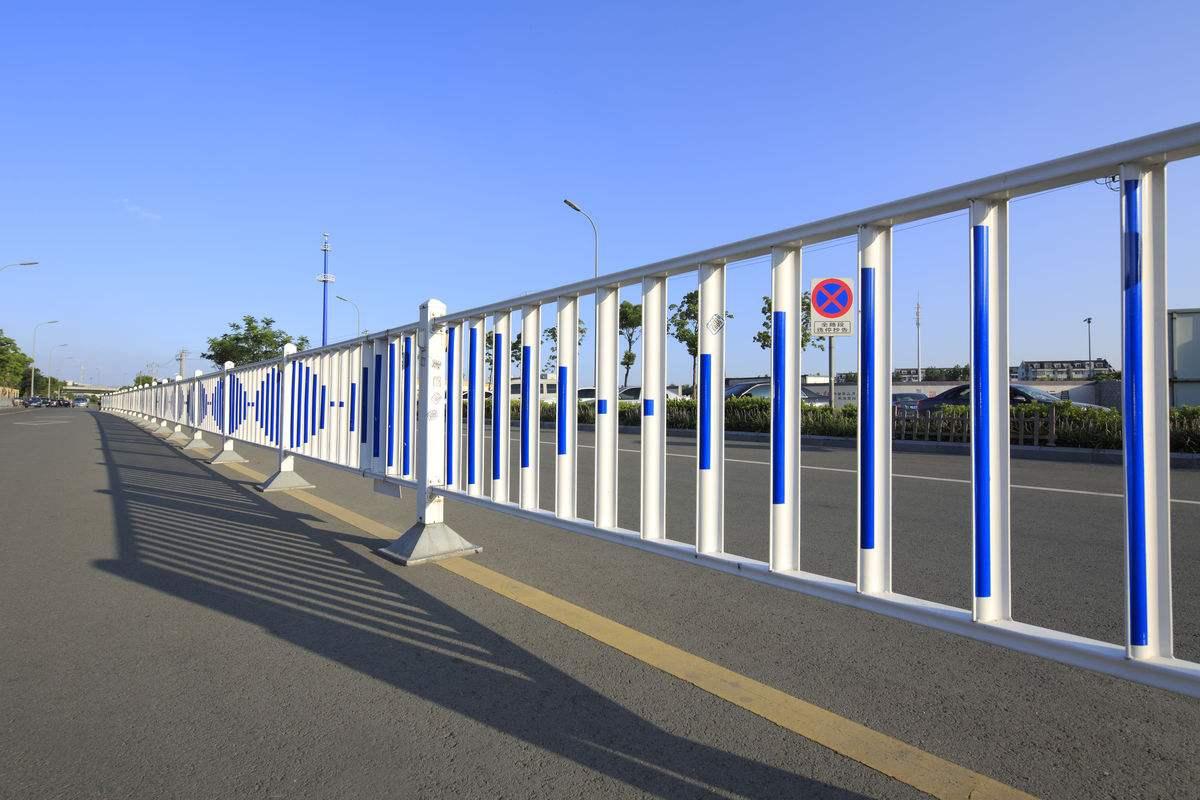 道路锌钢护栏网可以长期地在户外进行使用