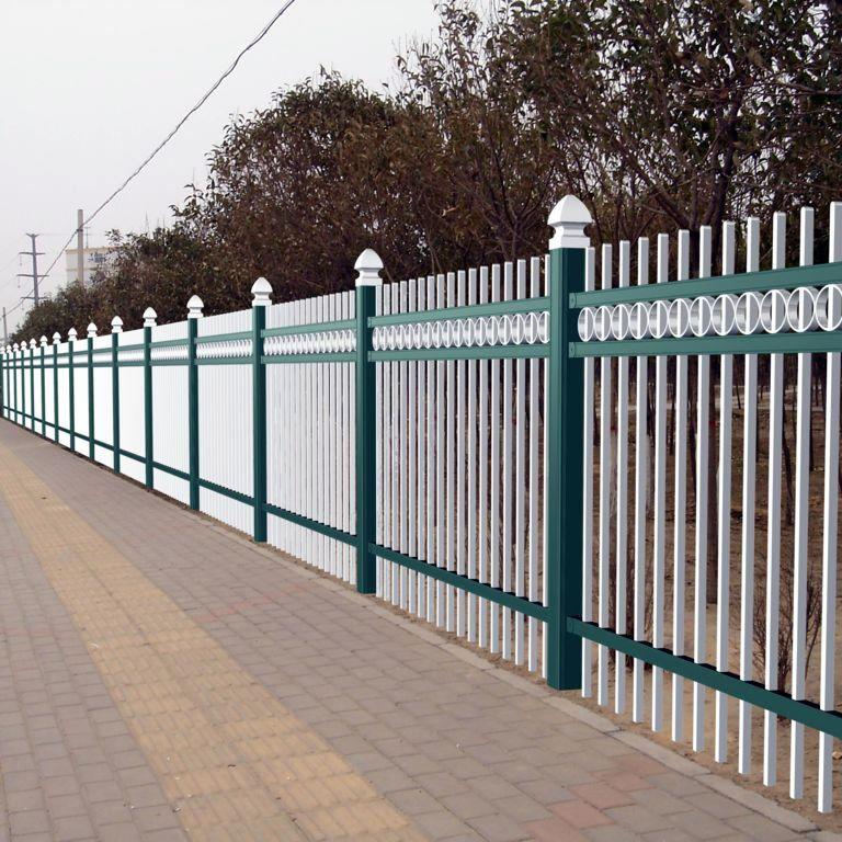 定时地擦洗道路锌钢护栏网能使其光亮如新