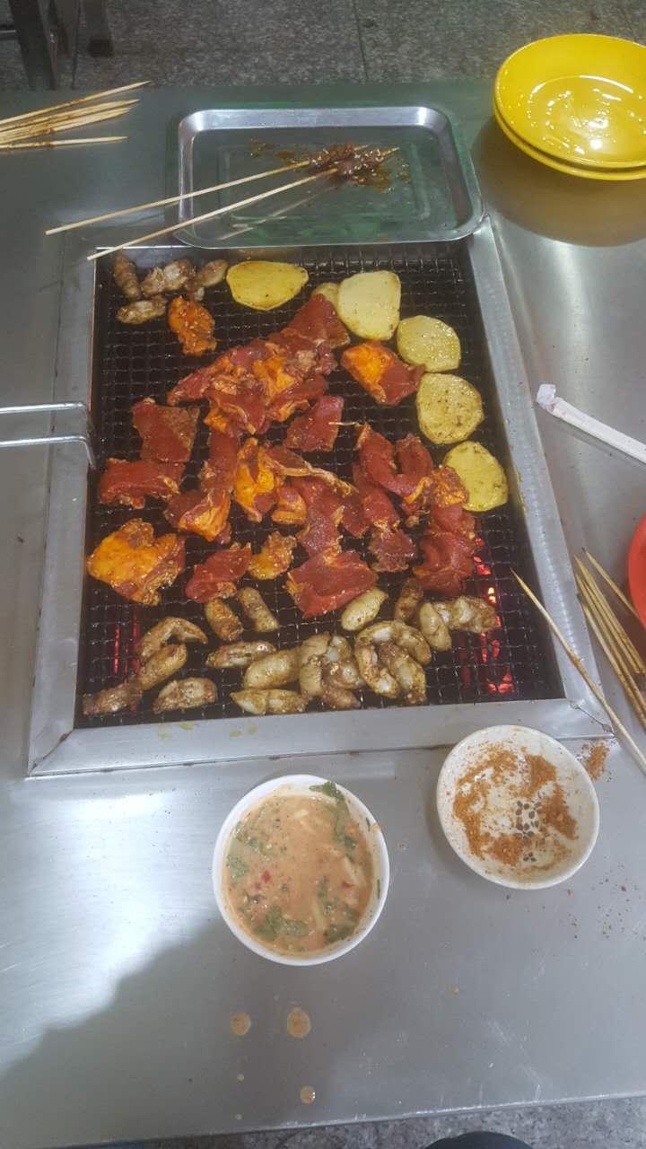 不锈钢烧烤桌上的美食