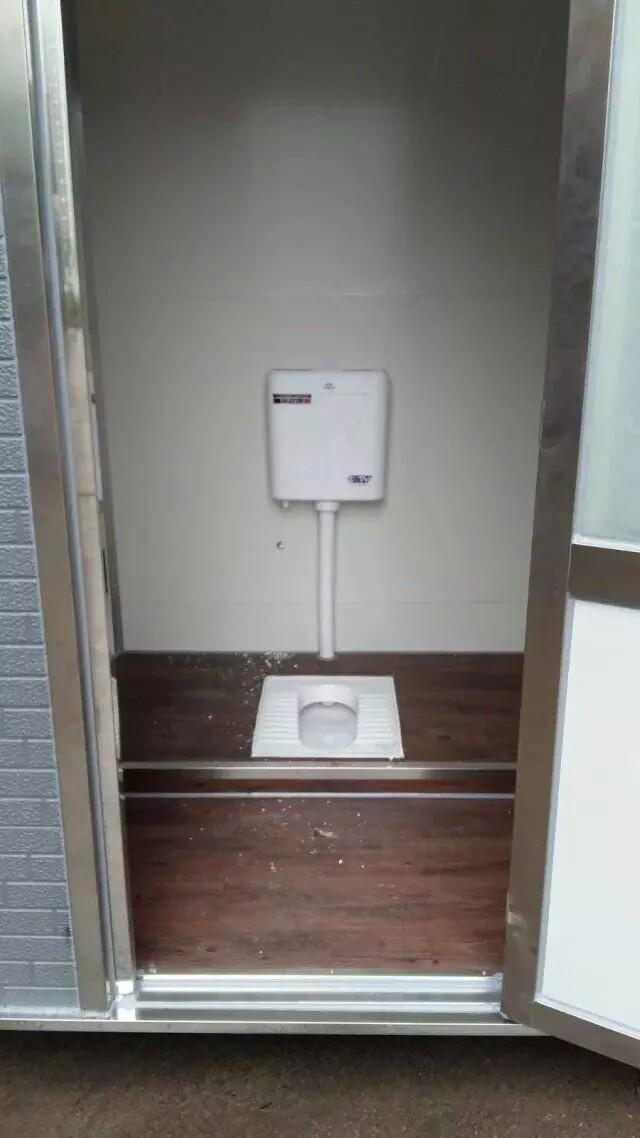 移动厕所内部