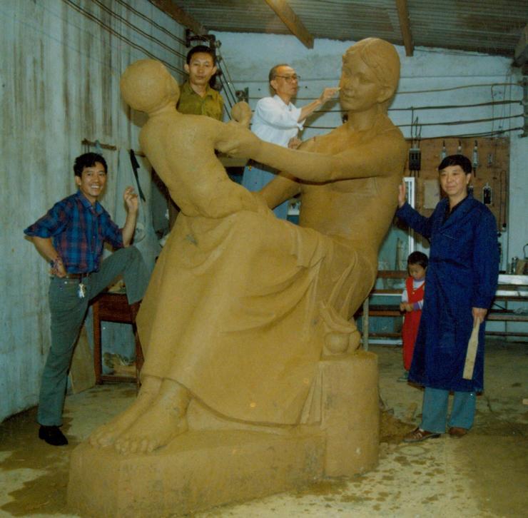 母子乐雕塑制作中
