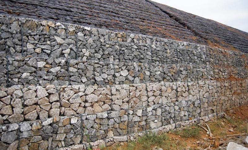 昆明格宾石笼网生产厂家分析河道边要设置石笼网应该怎样施工