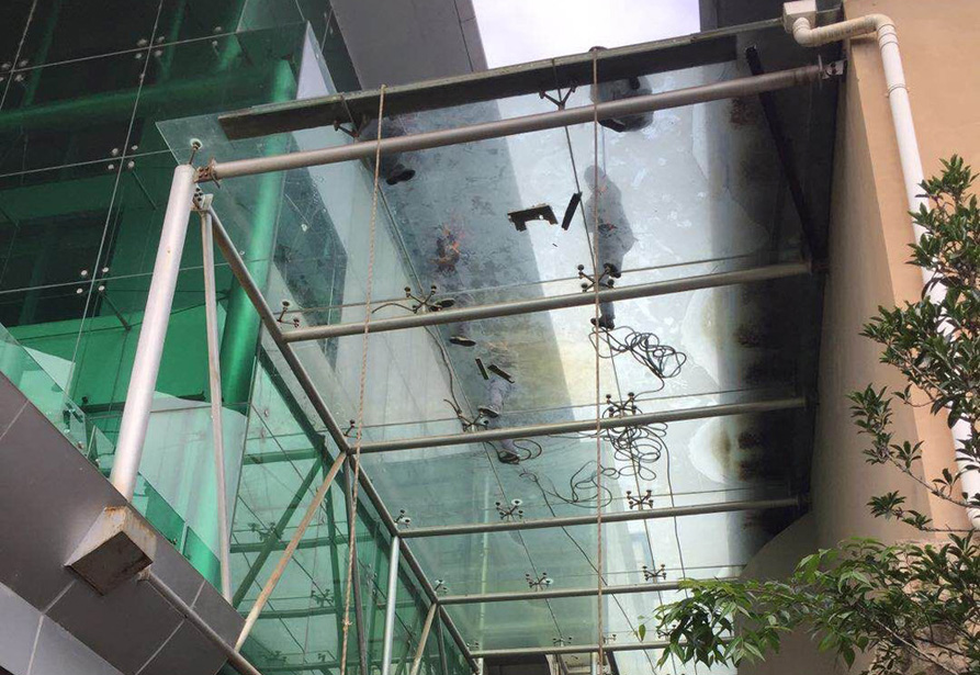 昆明滇池湖畔高尔夫夹胶镀膜玻璃更换2