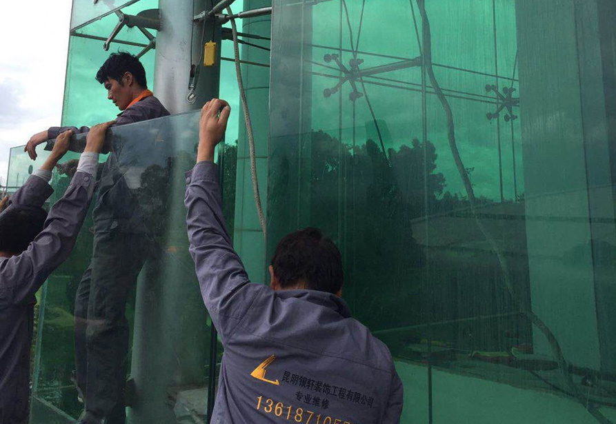 昆明滇池湖畔高尔夫夹胶镀膜玻璃更换3