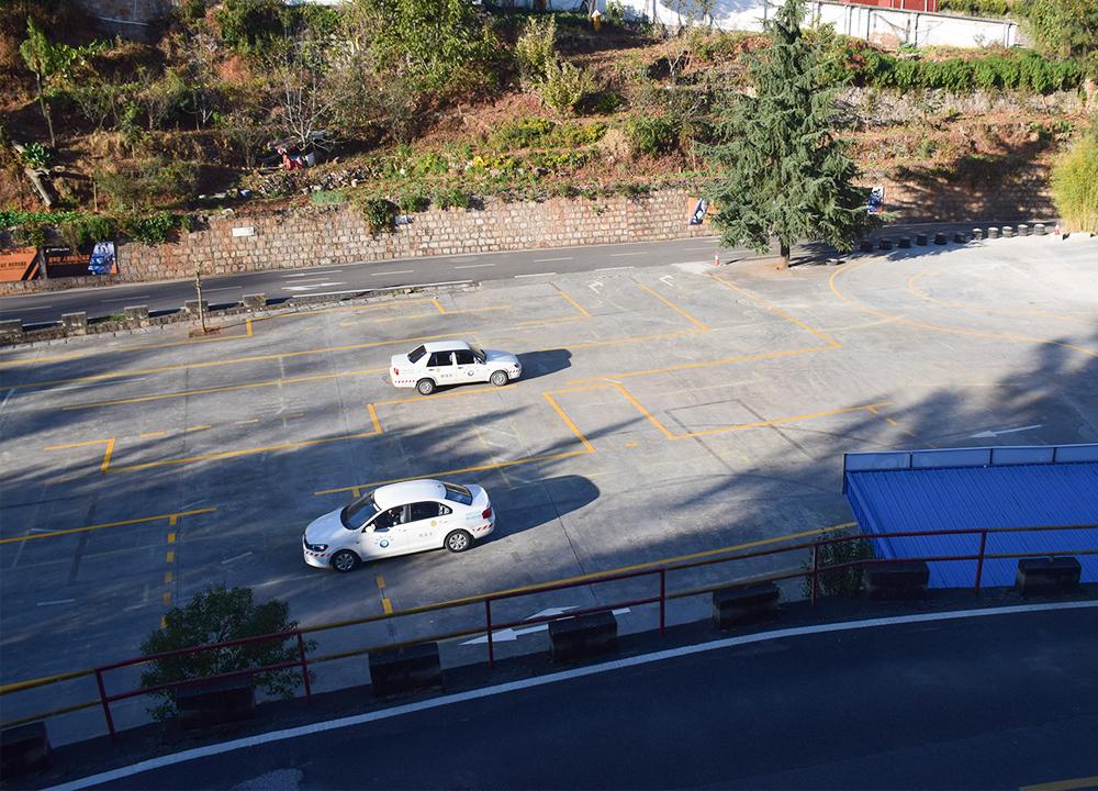 坡道定点停车起步有何技巧?云南驾校送你2个要点考驾照不是难事