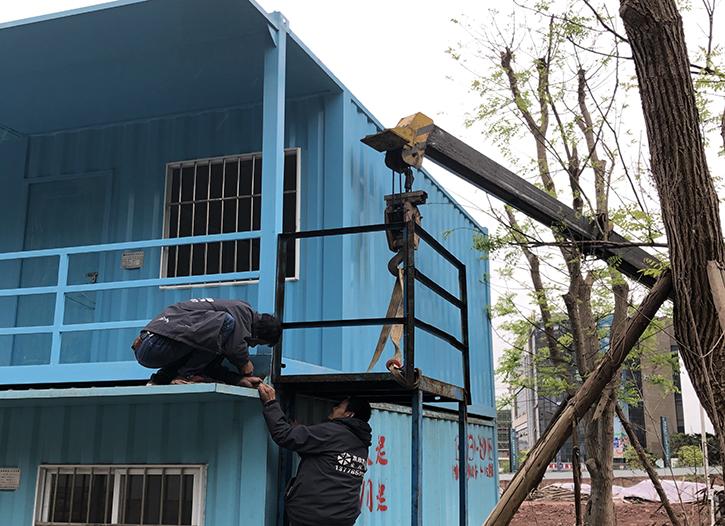两层的工地住人集装箱正在安装