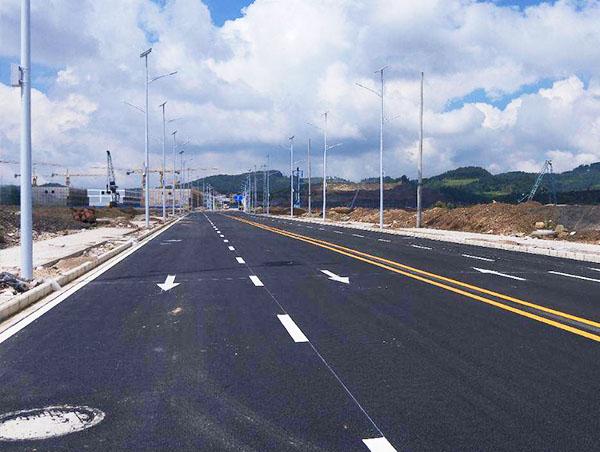 按规定的操作规程来进行道路划线施工