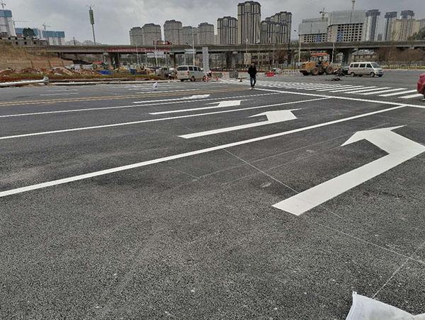 道路划线对施工团队的要求包括哪些在内