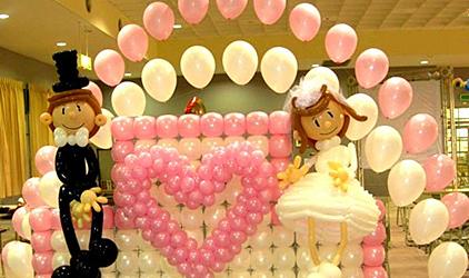 许多新人在举行婚礼时往往都喜欢用气球来装扮婚礼现场丨沈阳气球布置