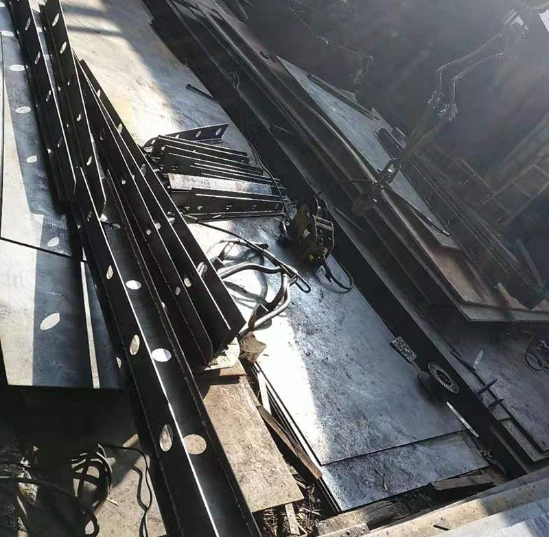 焊雨棚梁2
