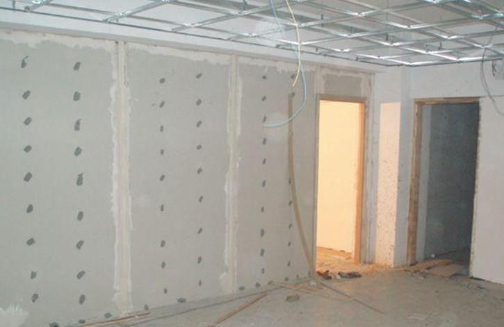当前轻钢龙骨石膏板隔墙已不是什么稀奇的事情,龙骨搭配石膏板隔墙的方式已被广泛的应用到很多的场合。比如办公楼、商场、酒店、车站等场所隔断的首选项,为什么有如此的欢迎程度呢,在此我们简单的分析下: 一、装饰效果好,石膏板隔墙造型多样,装饰方便。其面层可兼容多种面层装饰材料,满足绝大部分建筑物使用功能的装饰要求,一般可以用于办公室、会议室,经常用水的房间可以采用防水板材,需要注重防火的空间也可以选用防火板材。 二、安全,施工方便、快捷,灵活性高,可以任意的去规划分空间,并且很容易拆除。这样就有效地节约了人工成本