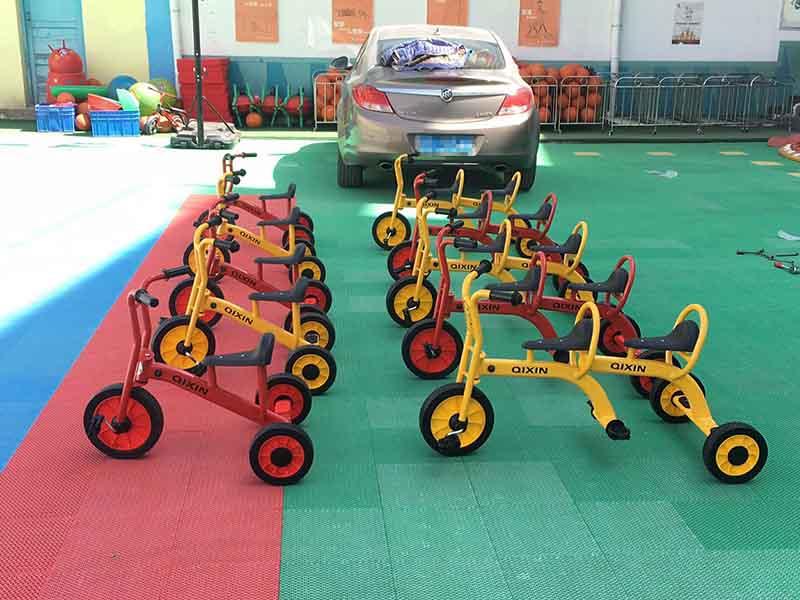 幼儿踩踏三轮车