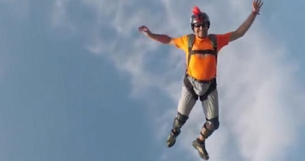 兰州奥体之星儿童滑梯|25岁小伙,43层高楼屋顶玩滑梯,离死神只差一步