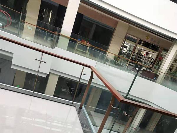 为商场提供和安装玻璃栏杆