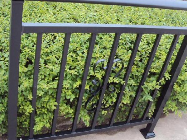 护栏厂家简述如何分辨铁艺栏杆的烤漆和喷漆?