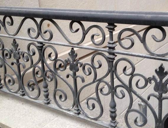 护栏厂家简述夹胶玻璃铁艺栏杆有哪些特性?