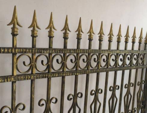 铁艺栏杆厂家简述铁艺护栏的安装需要注意什么?