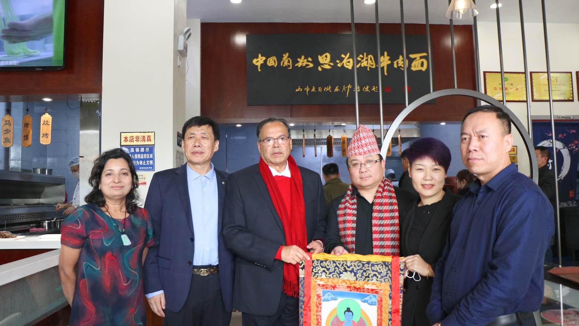 热烈欢迎尼泊尔总理光临的山东泰安兰州思泊湖牛肉面加盟店