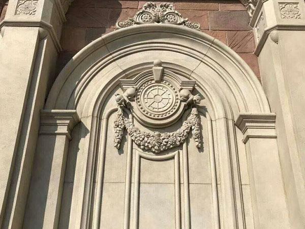 羅馬柱作為裝飾柱的一種,在歐式風格的櫥柜設計中應用最為廣泛。新版本中針對羅馬柱提供了三種形態供選擇,分別是帶左側板、帶右側板和普通羅馬柱。帶左側板和帶右側板的羅馬柱通常用于放置在櫥柜的兩邊,而普通的羅馬柱則用于放置在櫥柜之間。
