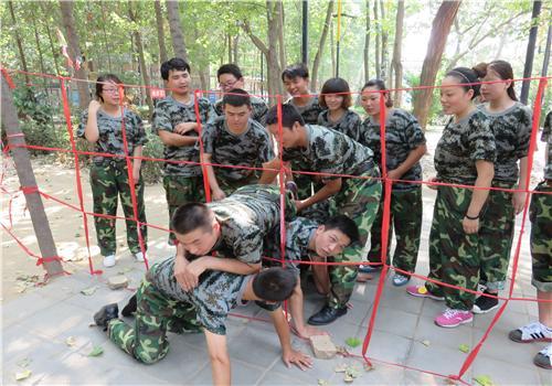 军事拓展穿越生死线训练项目