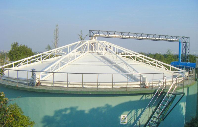 污水池加盖用什么材质好些?污水池反吊膜好还是玻璃钢好?