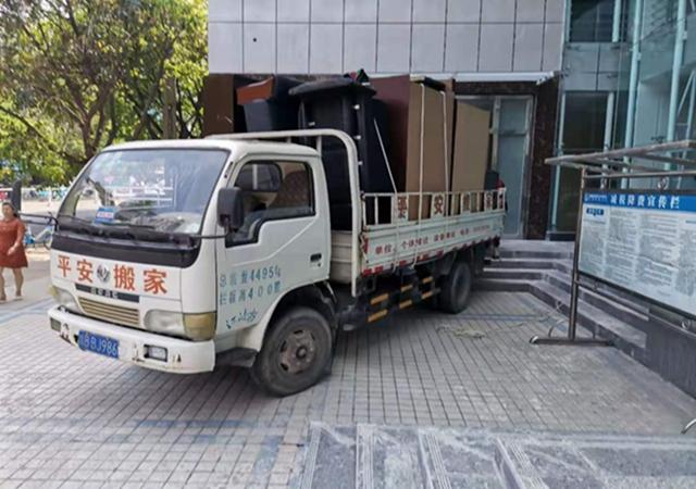 江油市税务局办公大楼装修完备(太白广场),江油平安搬家公司将办公设备搬入