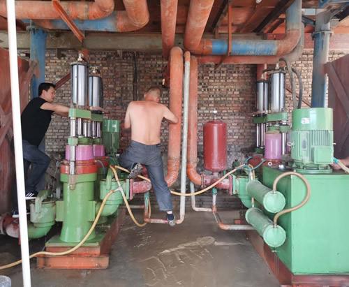 为西安客户陶瓷柱塞泵送货安装