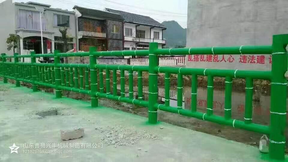 绿色的水泥仿木栏杆