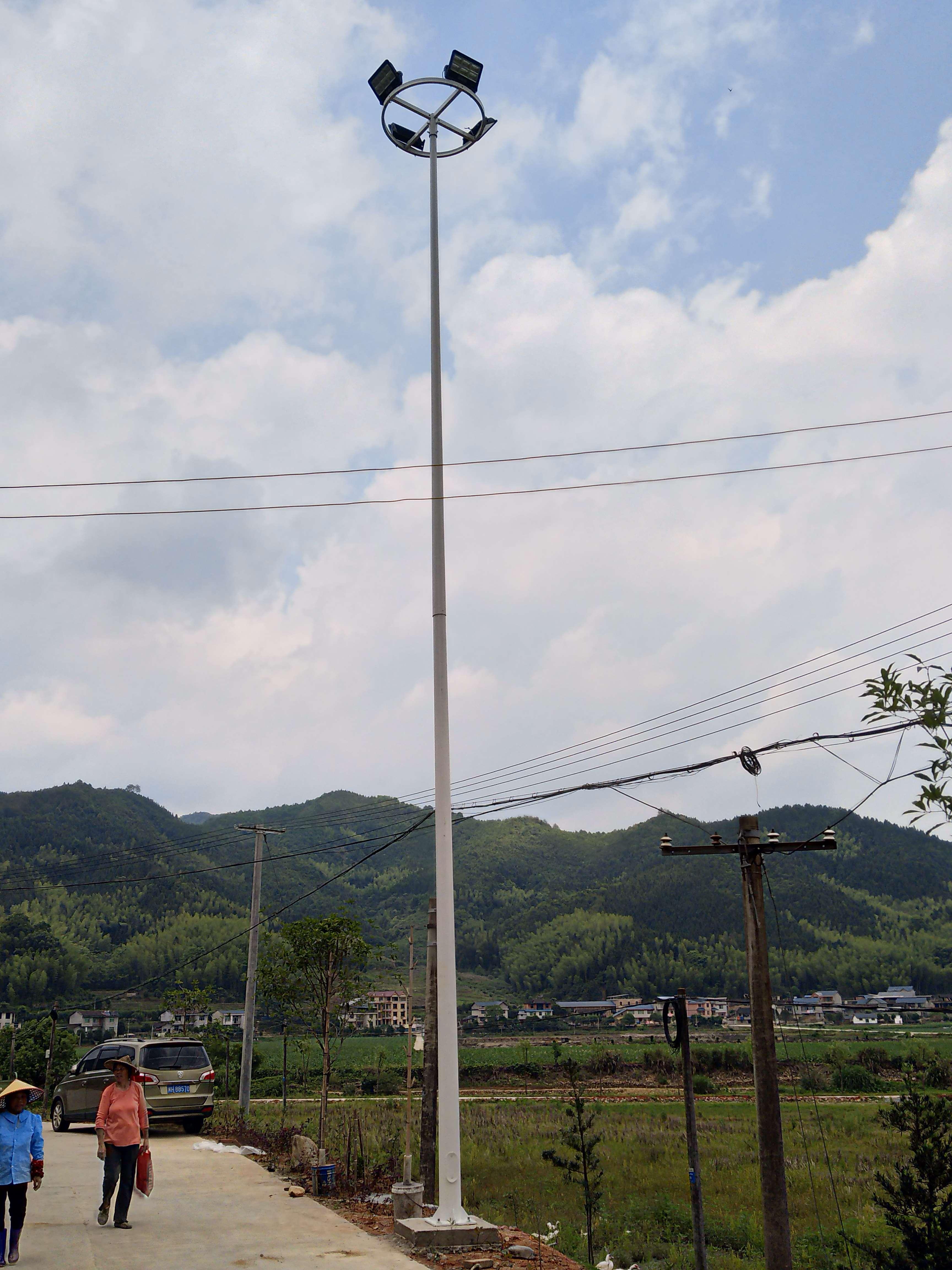 乡村道路路灯由福建三路极光公司施工安装!