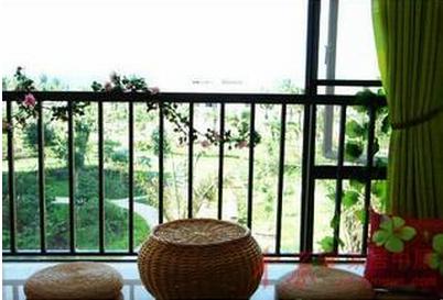 阳台护栏美化体现在绿化和装饰两个方面