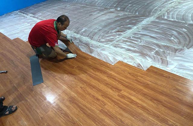 仿木纹地板胶