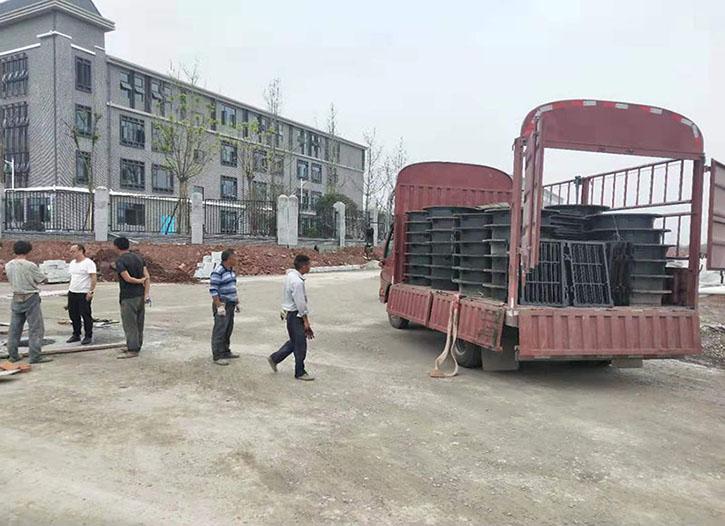 仁寿井盖批发正在为仁寿文同小学下货的现场