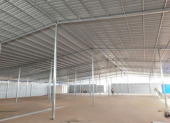 我们在仁寿信利工地安装彩钢棚的施工现场