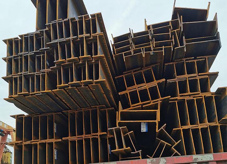 仁寿钢材型材供应商正在为资中罗泉古镇接待大厅运送钢材型材的过程中