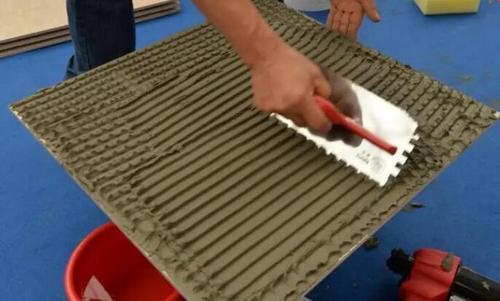 为什么用瓷砖胶贴装更适合用齿形刮板