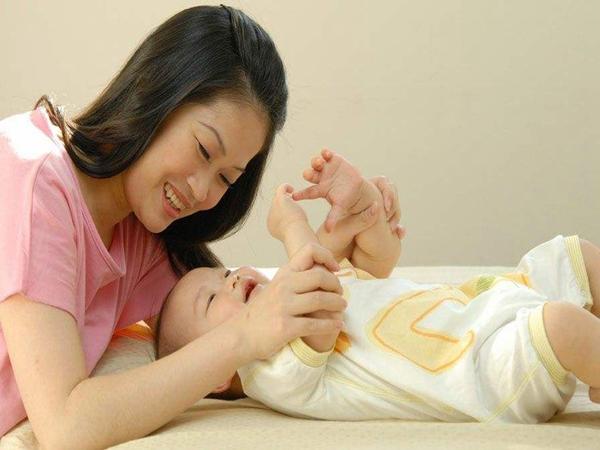育儿嫂公司给新妈妈哺乳指导