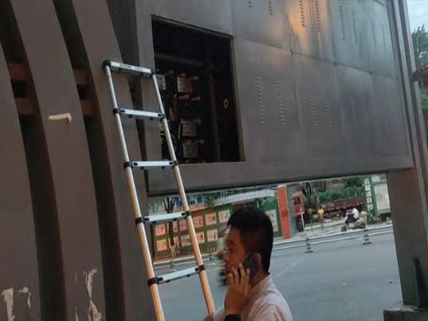 成都商场安装户外LED显示屏现场施工