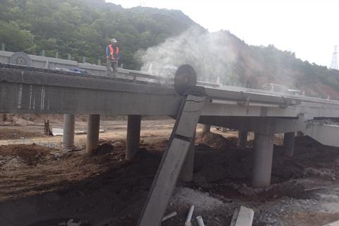 鼎力恒建筑工程公司在四川某地桥梁混凝土切割施工现场奋斗中