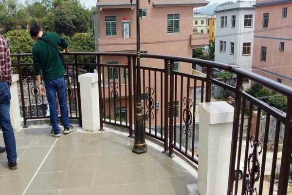 锌钢护栏与不锈钢护栏相比有哪些优势?