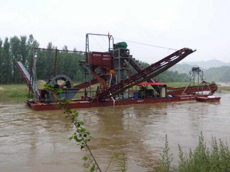 基本挖沙船是通过柴油动力或者电力来进行驱动