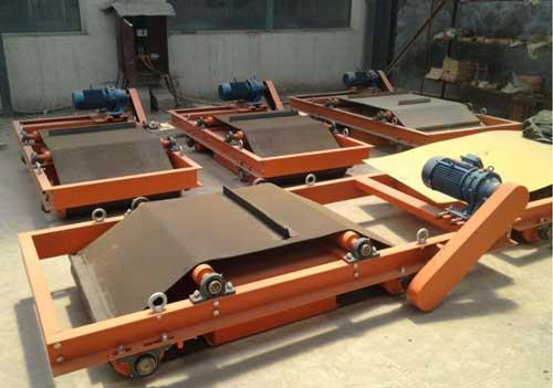 自卸式永磁除铁器在结构上是由高性能的永磁铁芯.卸铁皮带.减速电机.机架以及滚轮等几个部件所组成.