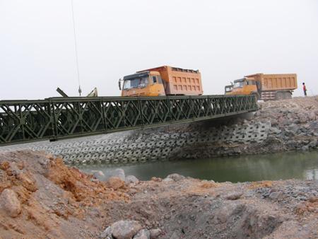 拼接組裝321型貝雷橋